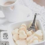 <b>Кофе</b> с молоком, сладкие сердечки, мини-эйфелевая башня гифка анимация