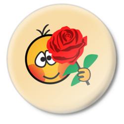 День рождения Смайл смущаясь поздравляет с розой смайлик гиф анимация