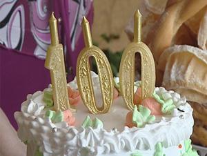 <b>100</b>-<b>летний</b> <b>юбилей</b>! Украшен торт цифрой <b>100</b> гифка анимация