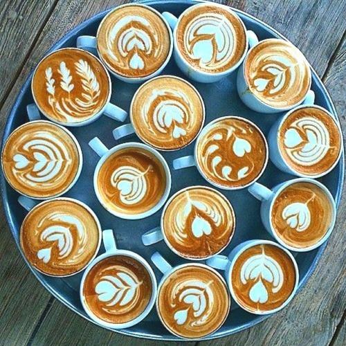 17 апреля. Международный день <b>кофе</b>. Чашечки <b>кофе</b> украшены гифка анимация