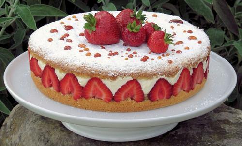 Красивый <b>торт</b> с клубникой. С международным днем <b>торта</b>! гифка анимация