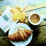 <b>Кофе</b>, рогалик и жёлтый лист гифка анимация
