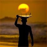 <b>Мужчина</b> с доской для серфинга на голове на фоне заката гифка анимация