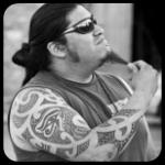 <b>Мужчина</b> в очках с бородкой и с татуировками на руках гифка анимация